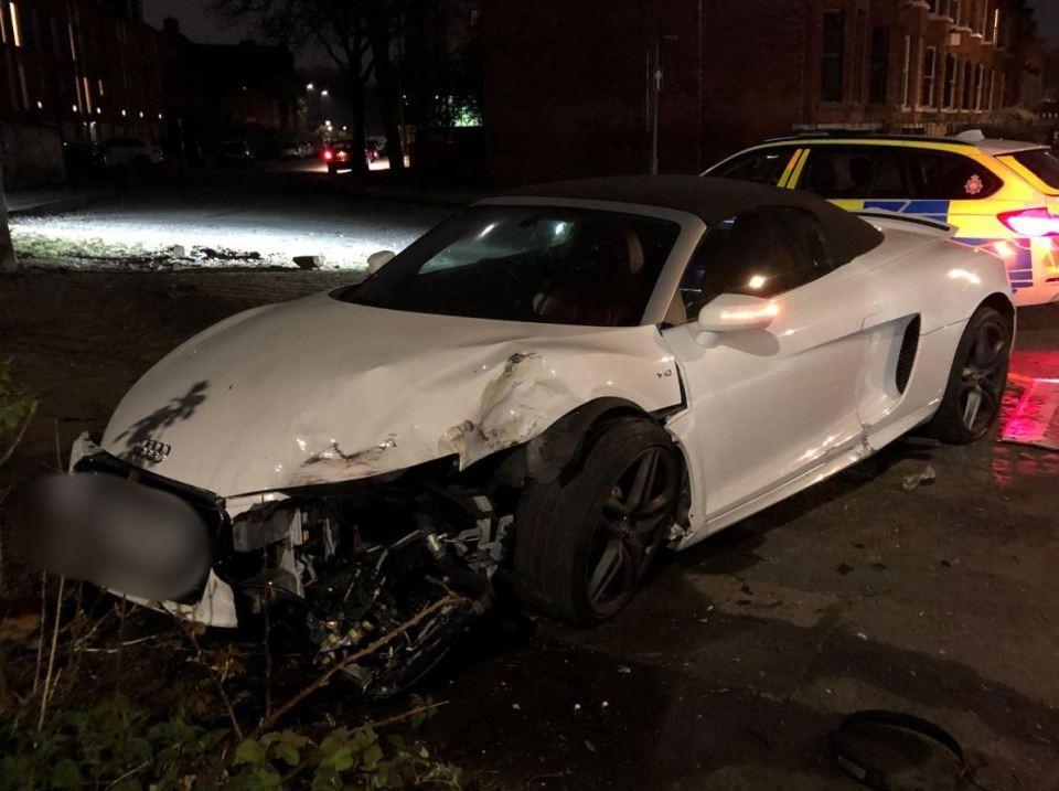 Chiếc Audi R8 Spyder bị hỏng xung quanh thân xe
