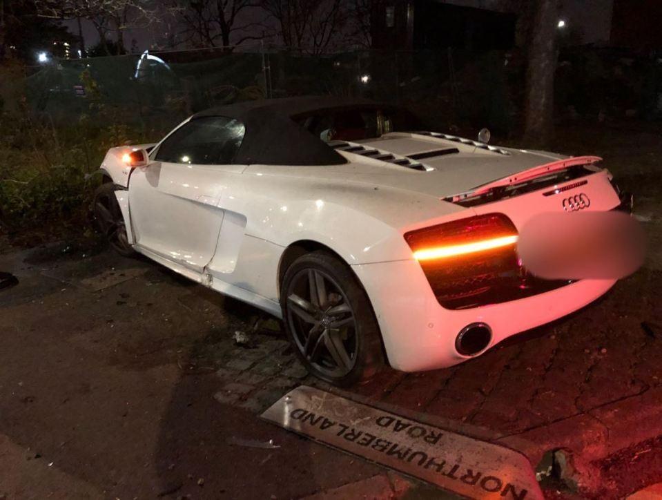 Chiếc siêu xe Audi R8 Spyder tại hiện trường vụ tai nạn