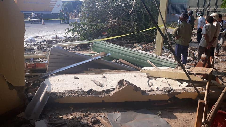 Một phần của ngôi nhà bên đường đã bị đâm sập