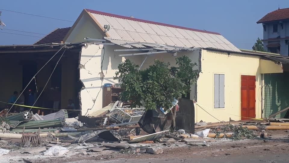 Chiếc xe container đâm vào ngôi nhà bên đường