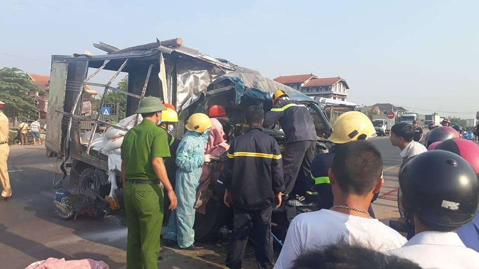 Lực lượng chức năng và người dân đưa thi thể của phụ xe tải ra khỏi cabin