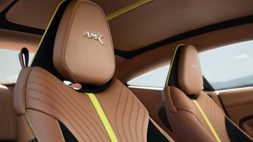 Tuy nhiên 1 số điểm nhấn như sọc màu vàng chanh hay logo AMR thêu trên tựa đầu ghế ngồi