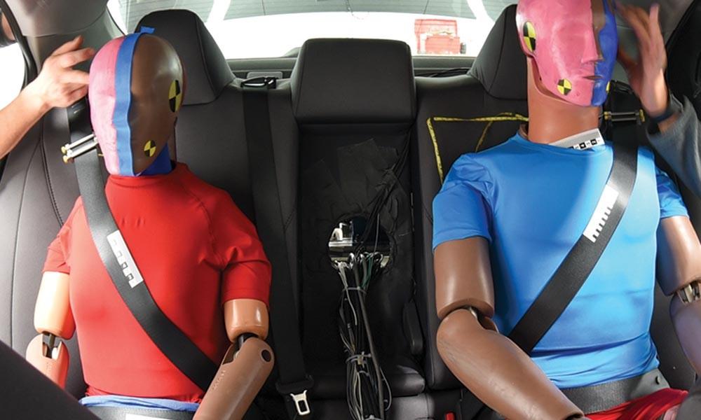 Dựa theo IIHS, hành khách ngồi phía sau không hề được bảo vệ an toàn tốt như phía trước