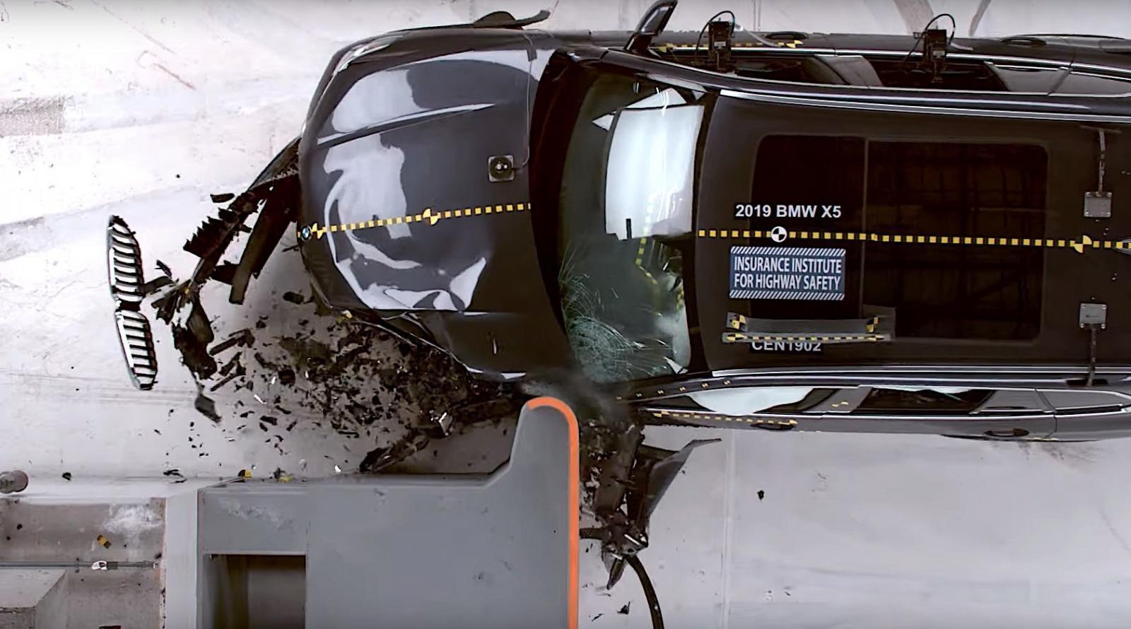 Ngay cả ở những trường hợp va chạm trực diện phía trước, hành khách phía sau vẫn bị nguy hiểm hơn