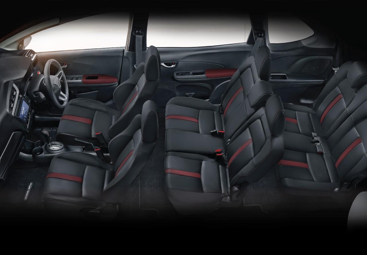 Nội thất bọc da màu đen với những điểm nhấn màu đỏ ở Honda BR-V 2019 bản cao cấp nhất