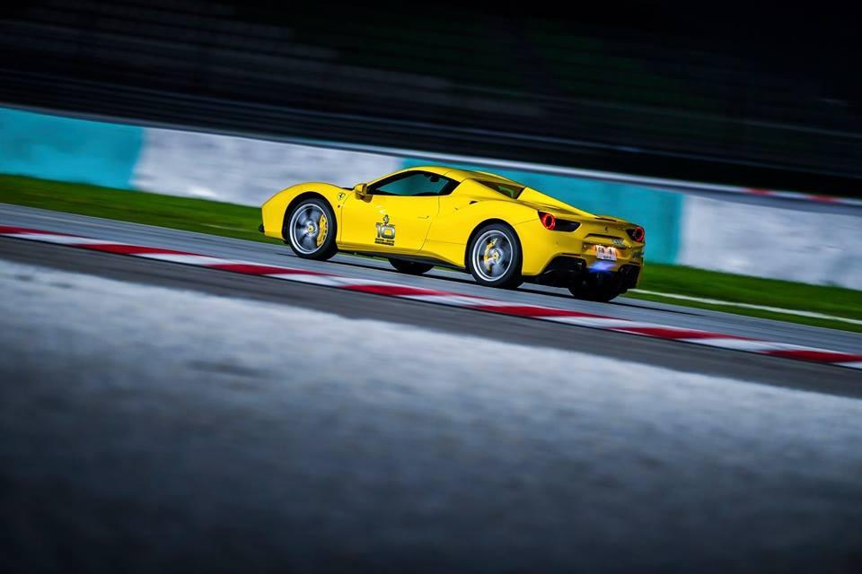 Ferrari 488 Spider vàng rực phun lửa