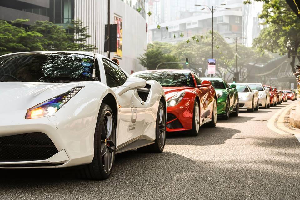 Dàn xe Ferrari di chuyển rồng rắn khi vào đất nước Malaysia