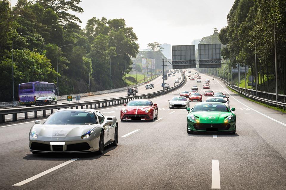 Đoàn xe Ferrari Singapore di chuyển với hơn 50 chiếc