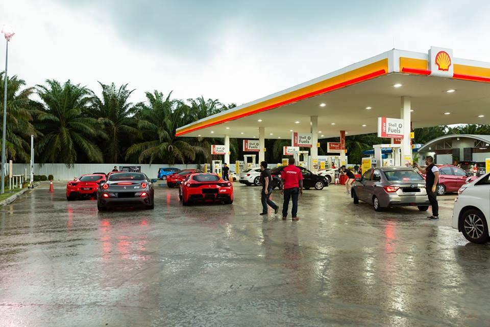 Mỗi lần ghé đổ xăng hay dừng chân nghỉ ngơi, đoàn xe Ferrari Singapore lại gây sự chú ý