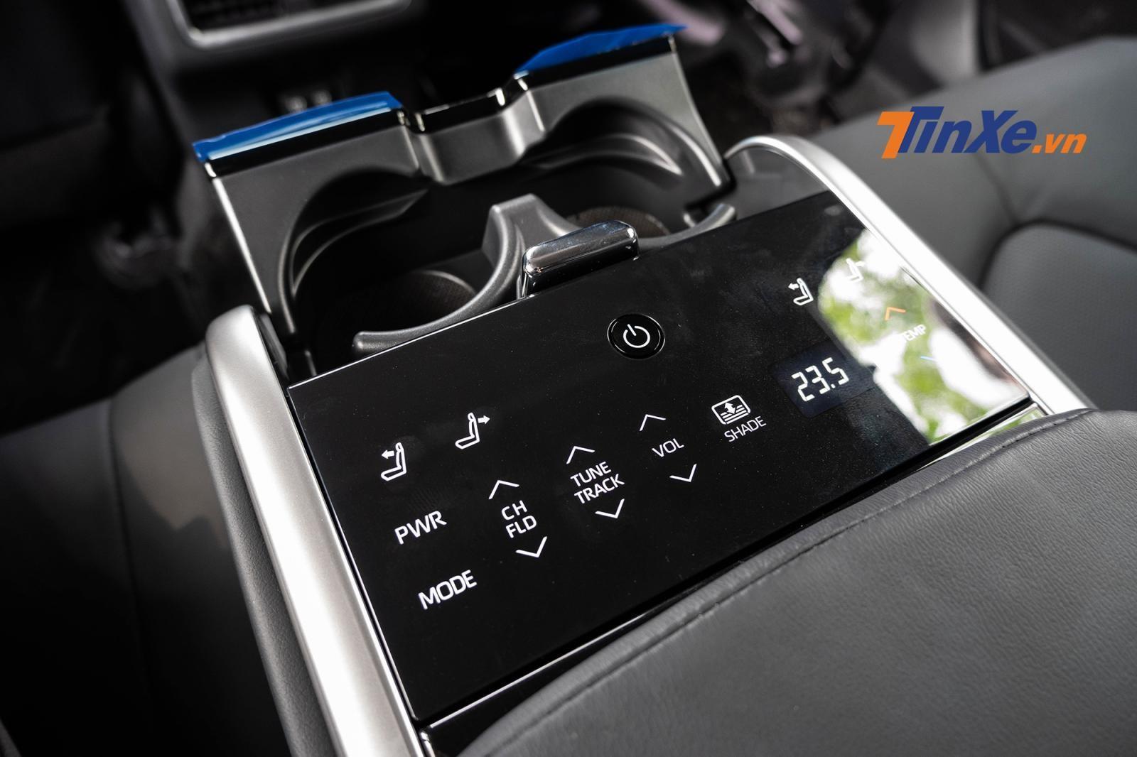 Hàng ghế sau trên bản 2.5Q có bảng điều khiển ở bệ tì tay cho phép điều chỉnh ngả điện, ghế lái phỉa trước có thêm chức năng nhớ 2 vị trí còn 2.0G thì không