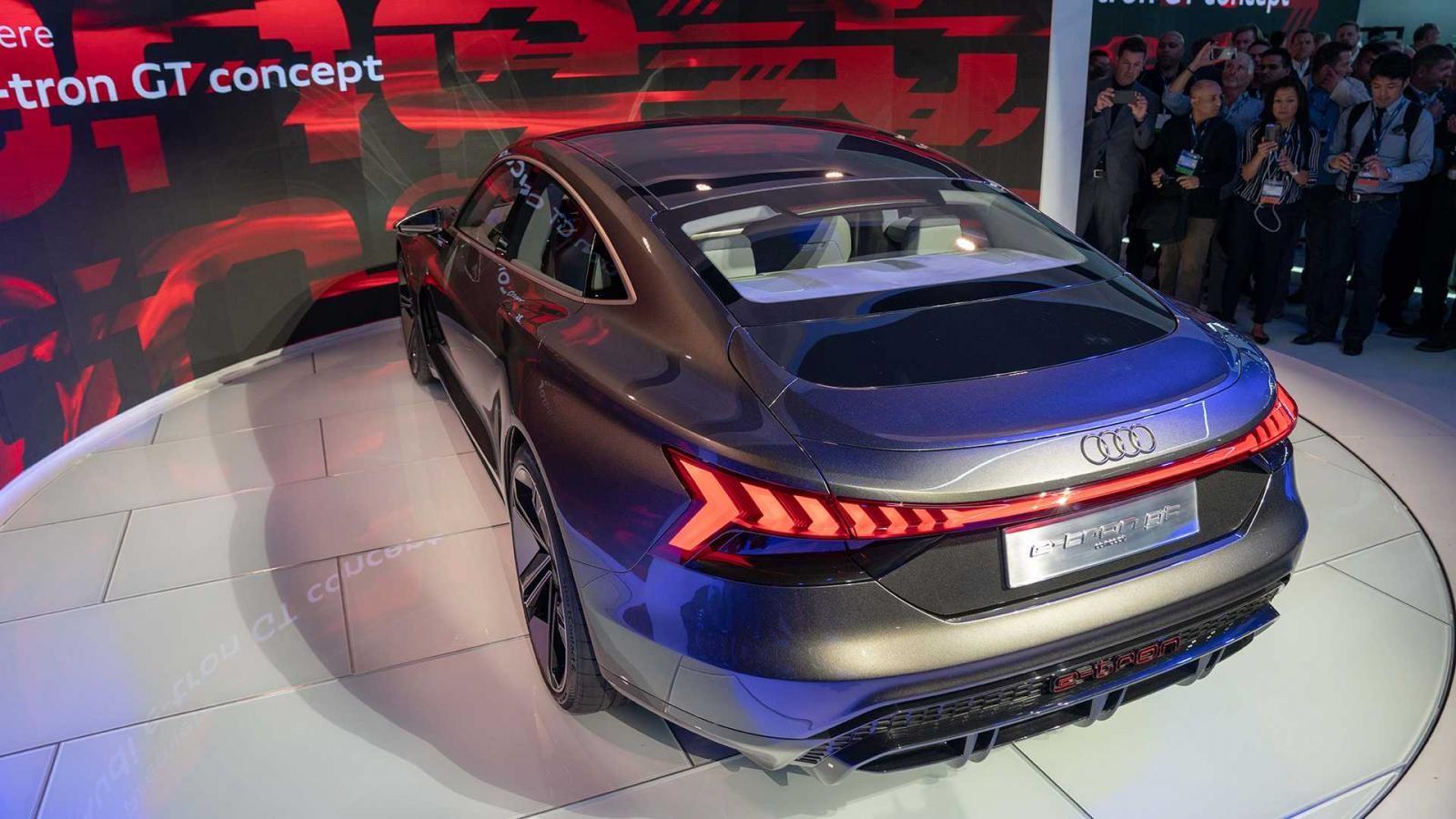 Tuy là xe điện nhưng Audi E-Tron GT có thể tăng tốc nhanh như chớp