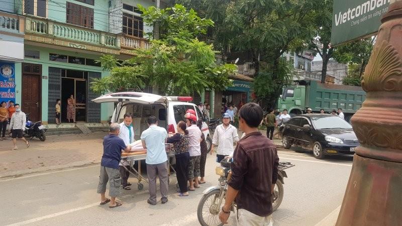 Xe cứu thương đến hiện trường để đưa người phụ nữ bị thương đi bệnh viện