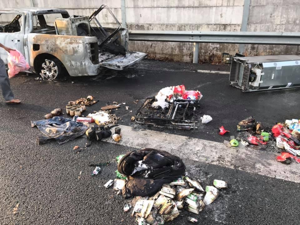 Một số đồ dùng nằm la liệt trên mặt đường cao tốc