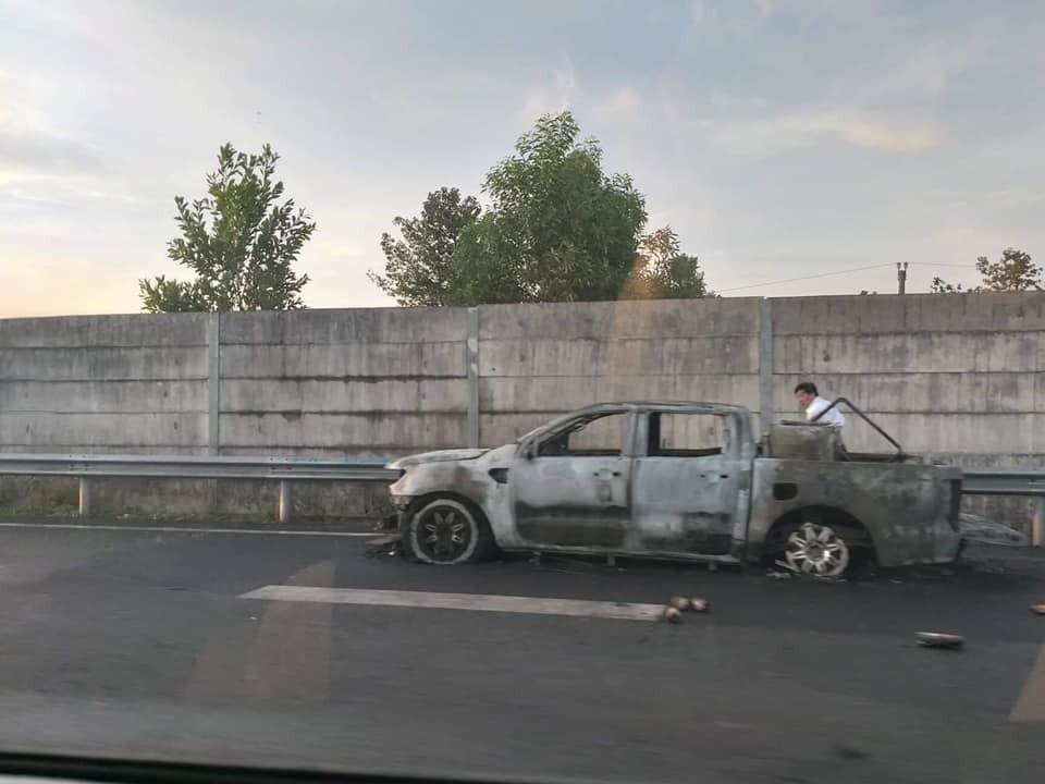 Nhưng chiếc xe bán tải đã bị lửa thiêu rụi hoàn toàn