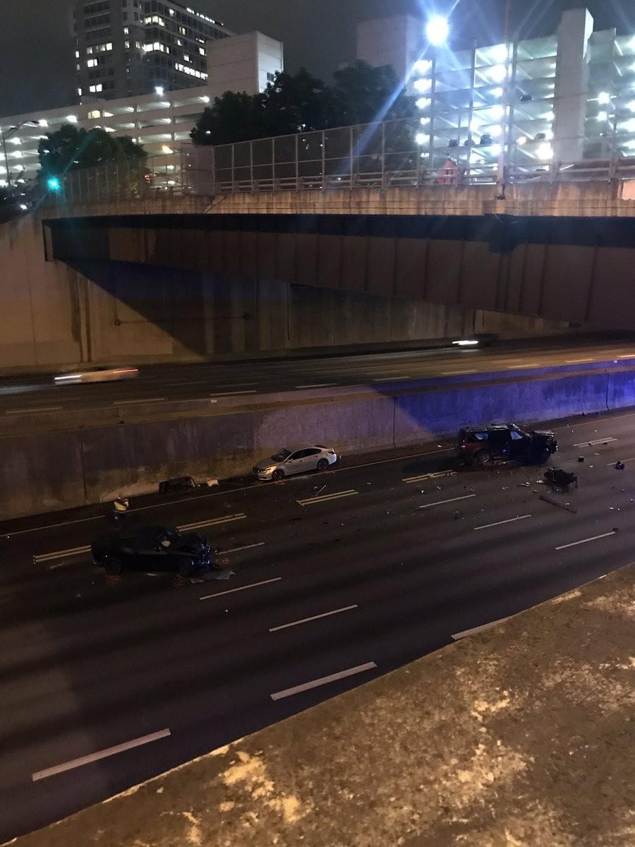 Hiện trường vụ tai nạn do người điều khiển chiếc Dodge Challenger trên đường chạy trốn sự truy đuổi của cảnh sát gây ra