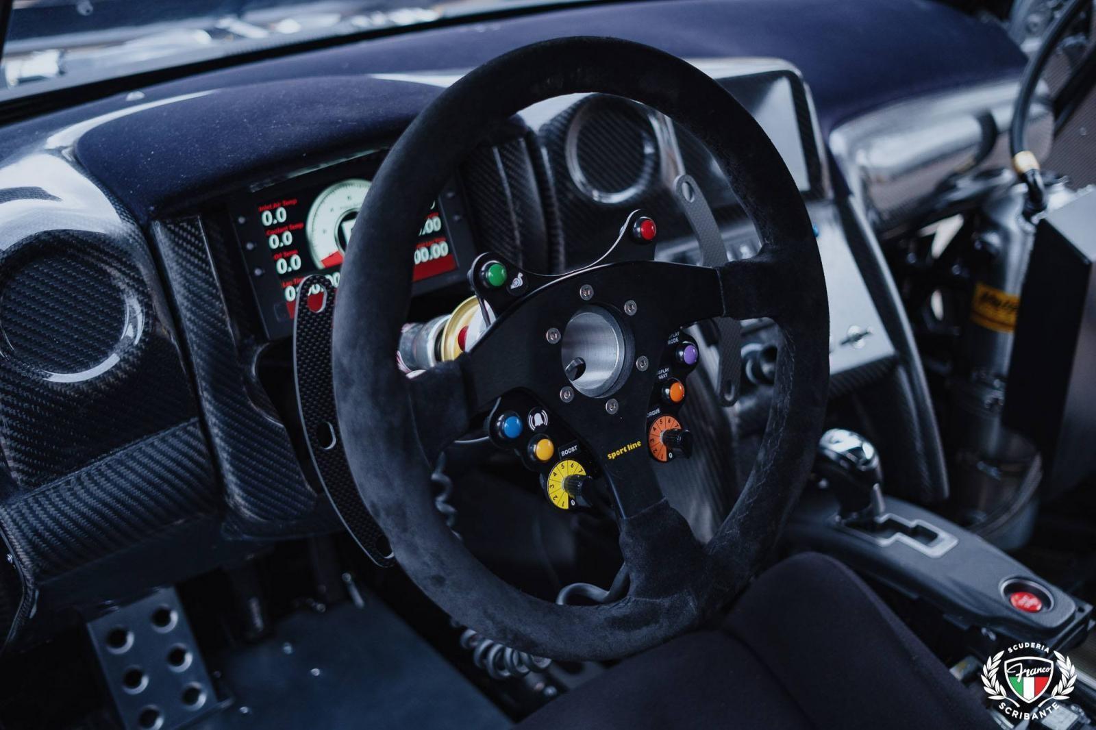 Trang bị ngồi lái của xe có thêm nhiều nút bấm điều khiển