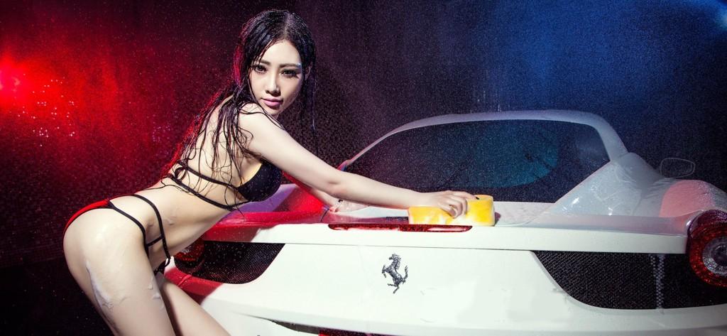 """Người đẹp mặc bikini cùng """"ướt át"""" bên siêu xe Ferrari 458"""