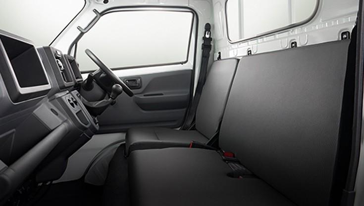 Cabin của Suzuki Carry 2019 có đủ chỗ cho 3 người