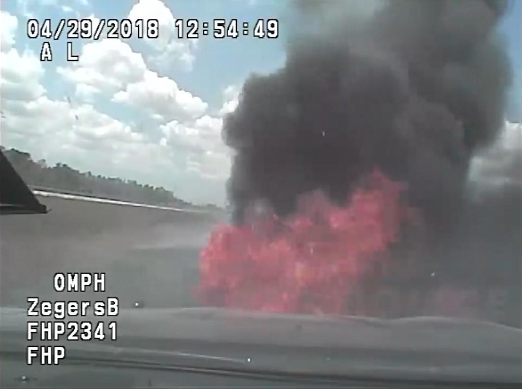 Chiếc xe tuần tra bốc cháy nghi ngút