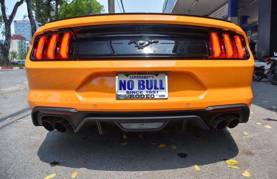 Vẻ đẹp của Ford Mustang đời 2018 đầu tiên ở Việt Nam mang màu sơn cam Fury nhìn từ đuôi xe