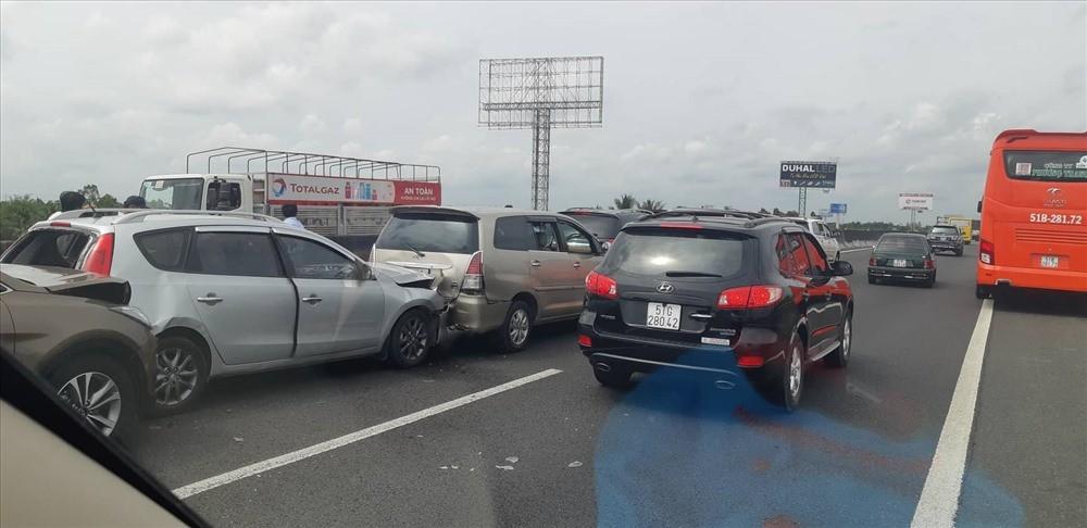 Vụ tai nạn này còn khiến 6 chiếc ô tô khác bị tông dồn toa