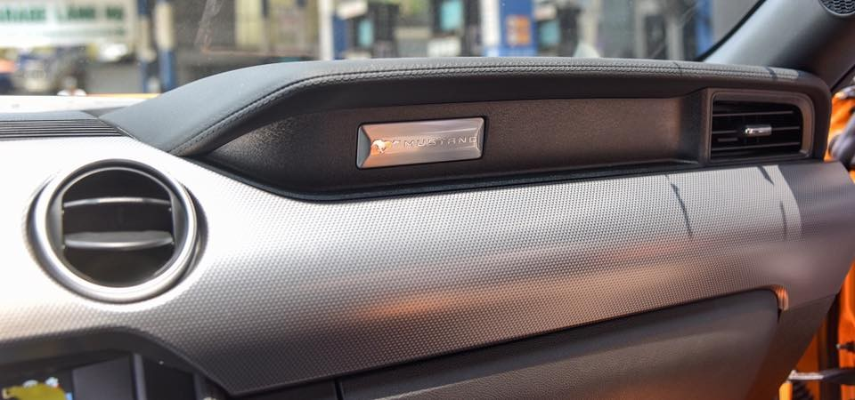 Huy hiệu Mustang gắn trên bảng táp-lô