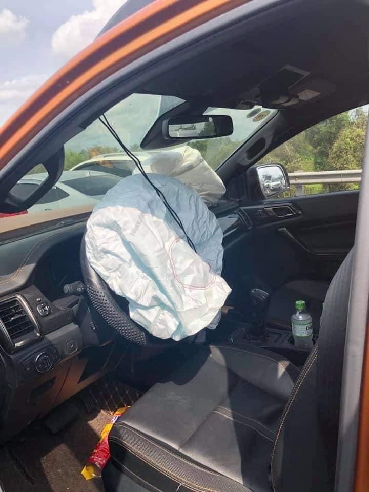 Xe bán tải Ford Ranger bung túi khísau tai nạn dồn toa