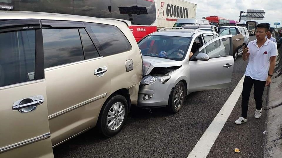 Nhiều chiếc ô tô bị móp đầu xe, nắp capô cong vênh sau tai nạn dồn toa