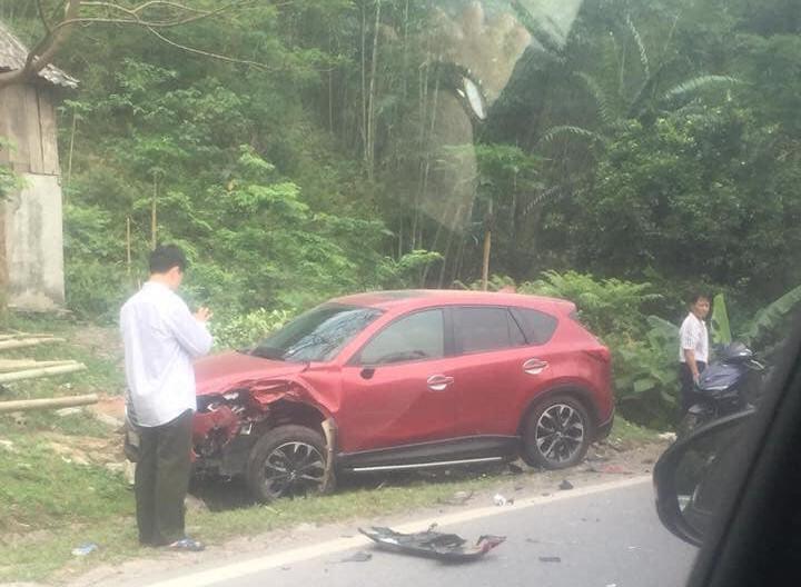 Chiếc Mazda CX-5 lao vào vệ cỏ bên đường
