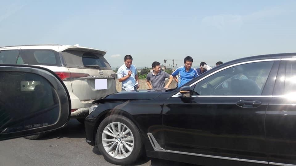 Tông xe dây chuyền xảy ra ở cao tốc Pháp Vân – Cầu Giẽ hướng Ninh Bình khiến chiếc xe sang BMW 7-Series bị kẹp giữa Toyota Fortuner