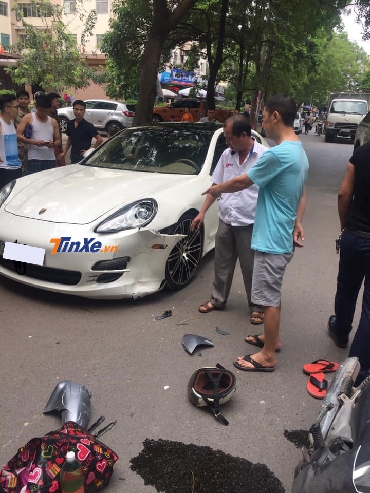 Dàn áo đầu xe phía bên tài của chiếc Porsche Panamera bị xé toạc ra sau khi chiếc Honda Wave tông vào