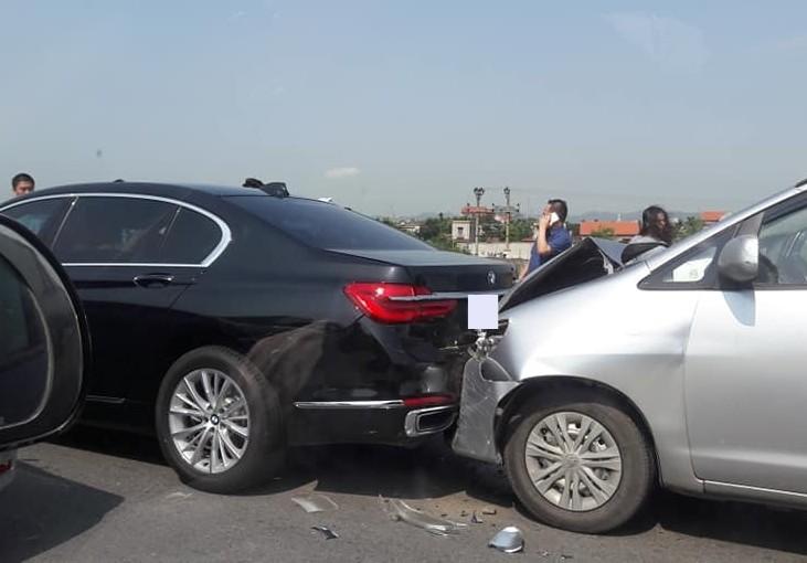 Và Toyota Innova gây hư hỏng ngoại thất