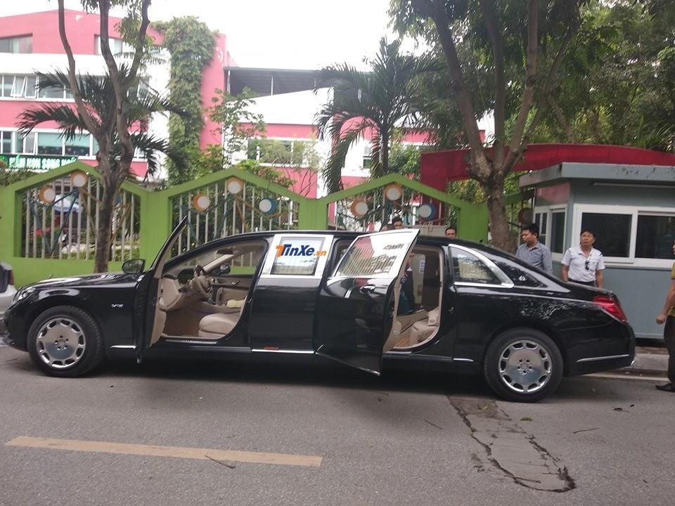 Thợ Việt lót thảm sàn cho Mercedes-Maybach S600 Pullman của Chủ tịch FLC ngay dưới lòng đường thu hút không ít sự chú ý của người dân