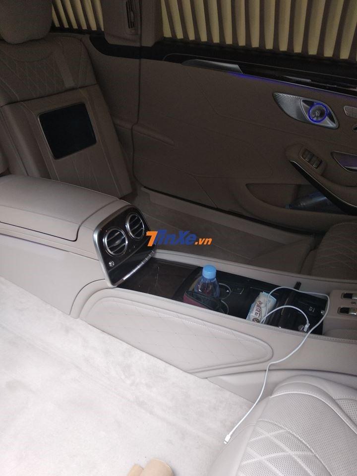 Mercedes-Maybach S600 Pullman có đến 4 ghế ngồi ở khoang hành khách sắp xếp đối diện nhau