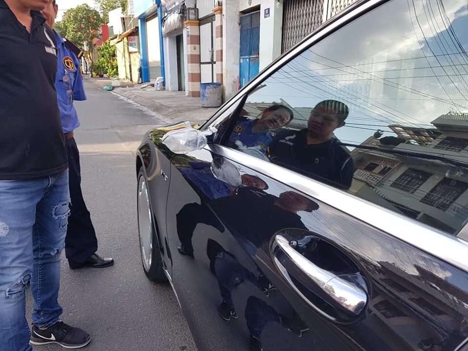 Gương bên trái của chiếc xe siêu sang Mercedes-Maybach S600 đã bị kẻ gian lấy đi