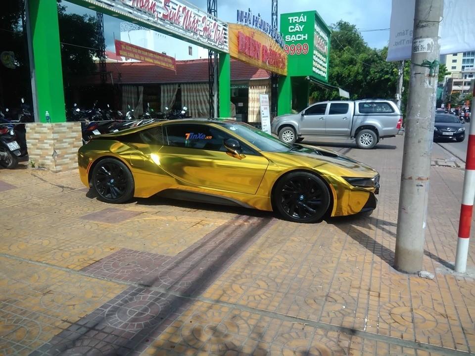 BMW i8 màu crôm vàng