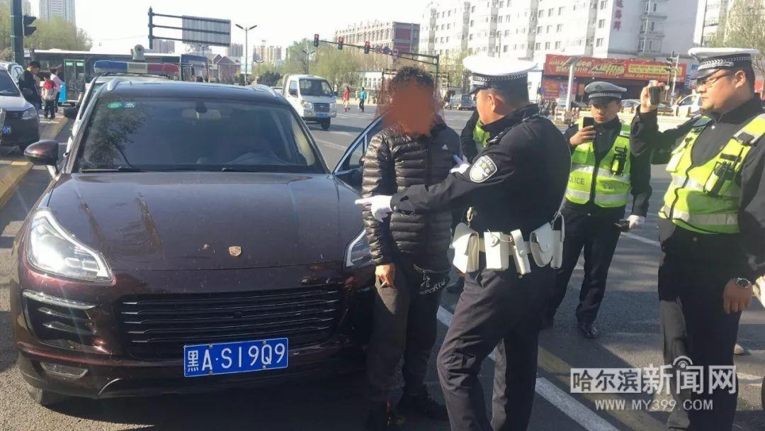 Cảnh sát giao thông đang chỉ ra những sai phạm cho chủ nhân chiếc Zotye SR9 độ logo Porsche