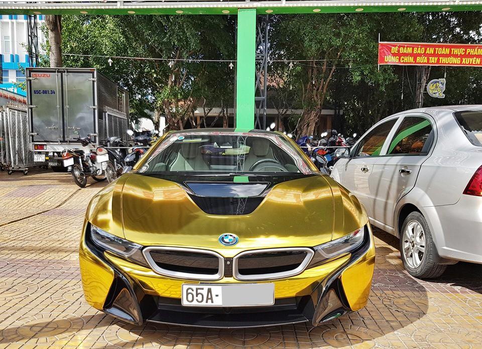 Chiếc BMW i8 nổi bật trên đường phố Cần Thơ với bộ áo crôm vàng