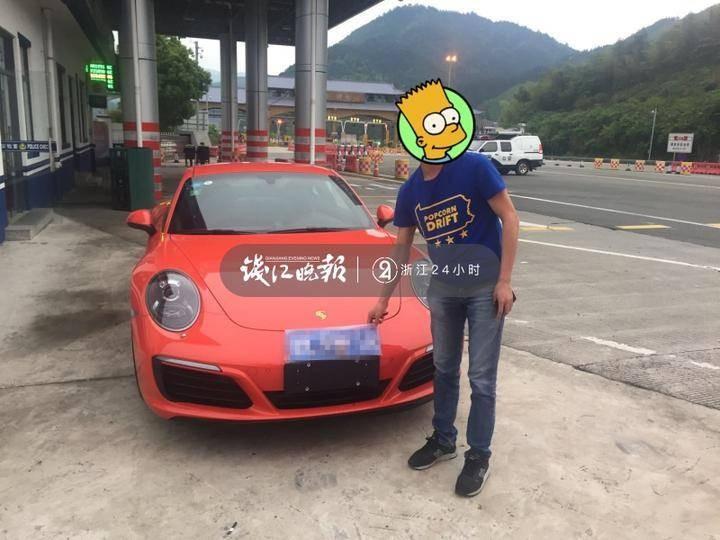Chủ nhân chiếc Porsche 911 Carrera cầm trên tay tấm biển số của xe