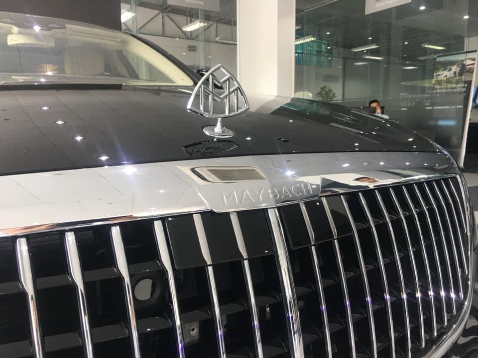 Lưới tản nhiệt mới của Mercedes-Maybach S650 2019 và phía trên là dòng chữ Maybach cũng như logo đã độ lại chữ M kép