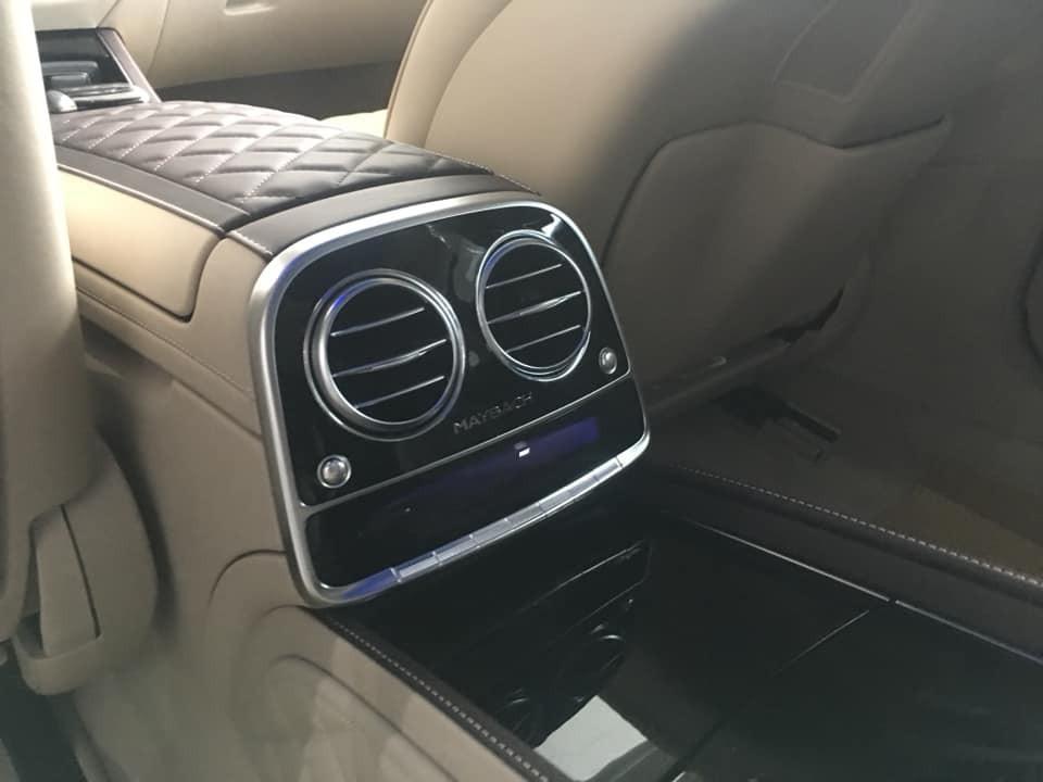 Logo Maybach không chỉ xuất hiện bên ngoài xe mà còn cả trong khoang lái