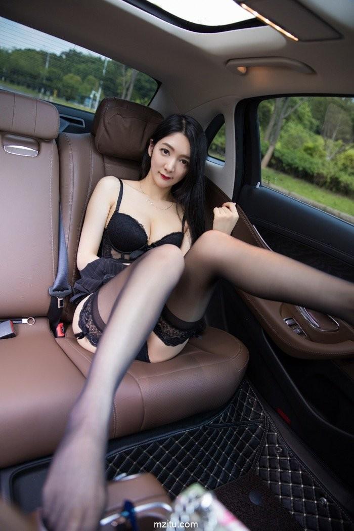 Thiếu nữ diện nội y màu đen, hé lộ làn da trắng trẻo trong khoang lái xe - 16