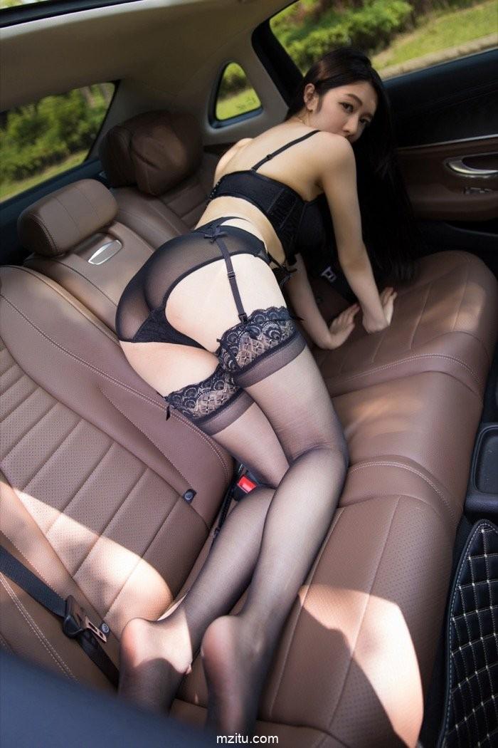 Thiếu nữ diện nội y màu đen, hé lộ làn da trắng trẻo trong khoang lái xe - 18
