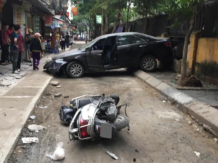 Hiện trường vụ tai nạn của chiếc Toyota và xe tay ga vào sáng nay tại ngõ 250 Khương Trung