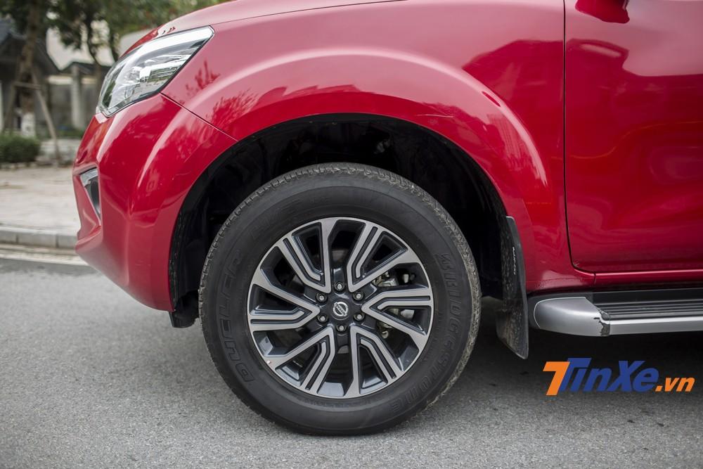 Vành hợp kim 18 cùng lốp kích thước 255 / 60 R18 được trang bị trên Nissan Terra V.