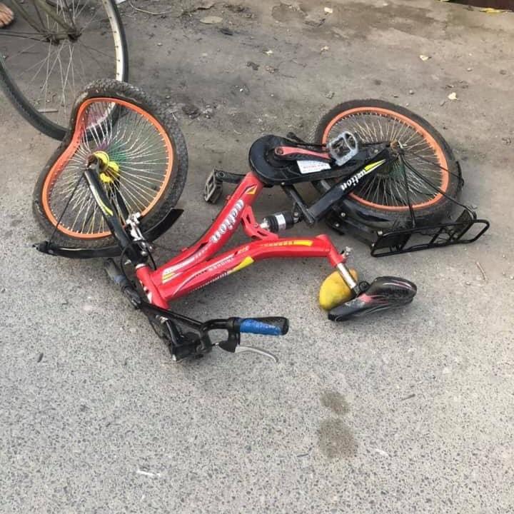 Chiếc xe đạp của 2 chị em nằm đổ tại hiện trường