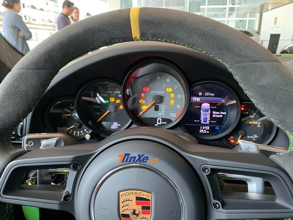Cận cảnh bảng đồng hồ của siêu xe Porsche 911 GT3 RS 2019