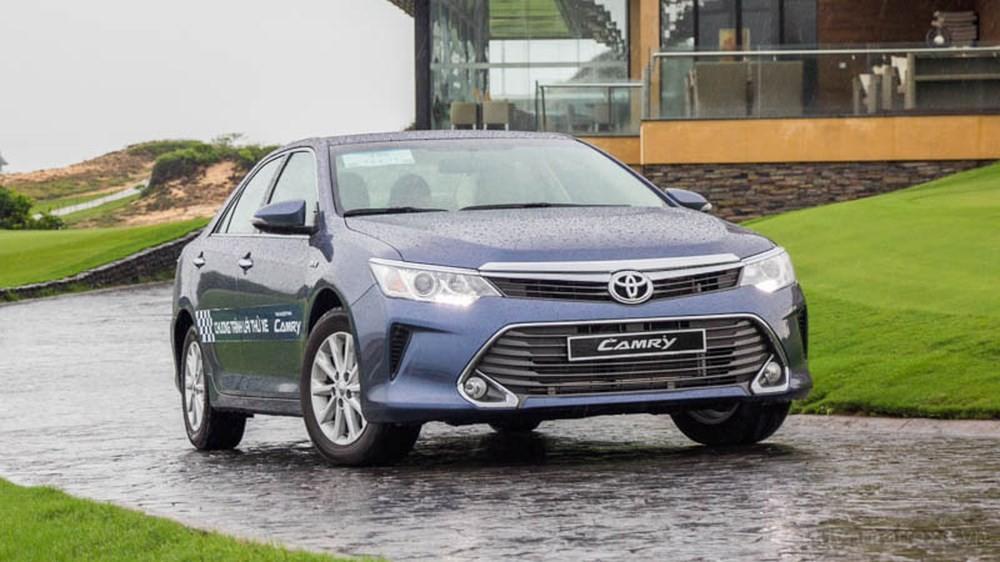 Toyota Camry đời cũ trong tháng 4 vẫn được giảm giá tới 70 triệu đồng tại đại lý nhưng sức bán không cao