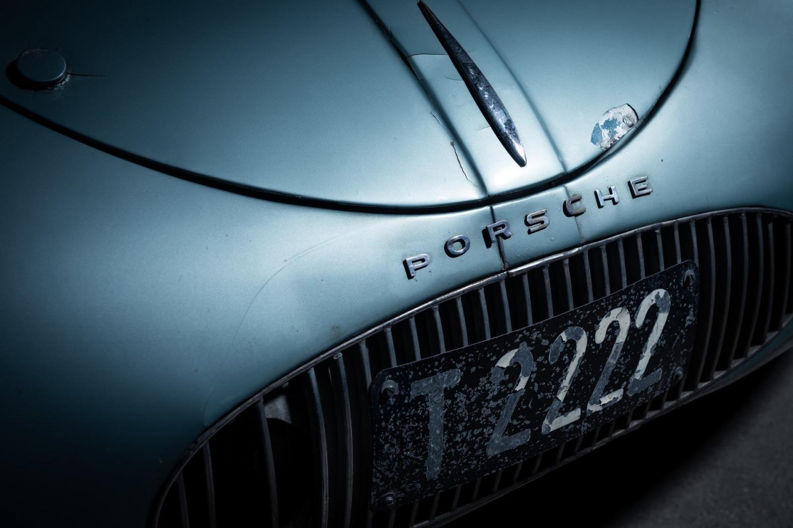 Hàng chữ Porsche với biển số T-2222 ở phía mũi xe