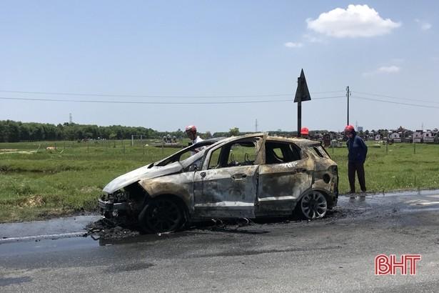 Hình ảnh chiếc Ford EcoSport tại Hà Tĩnh bị cháy trơ khung ngày 17/5 vừa qua (Ảnh: Báo Hà Tĩnh)